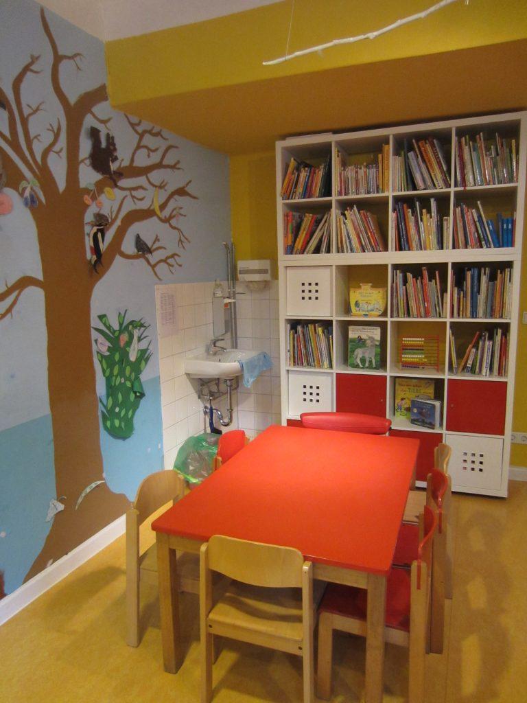 Bücher und Spiele im zweiten Raum